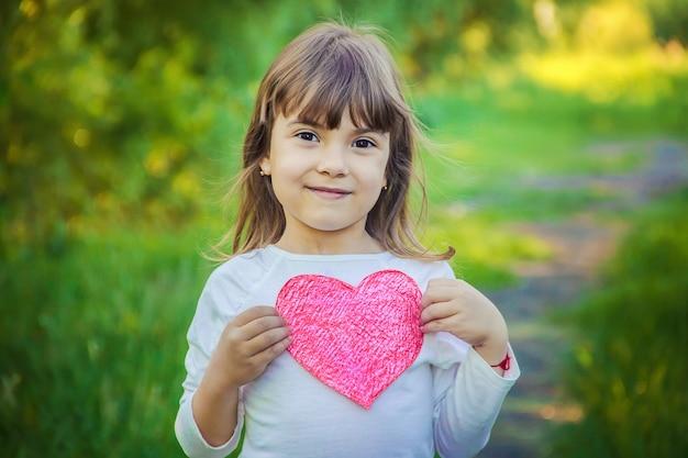 I bambini hanno un cuore nelle loro mani. messa a fuoco selettiva