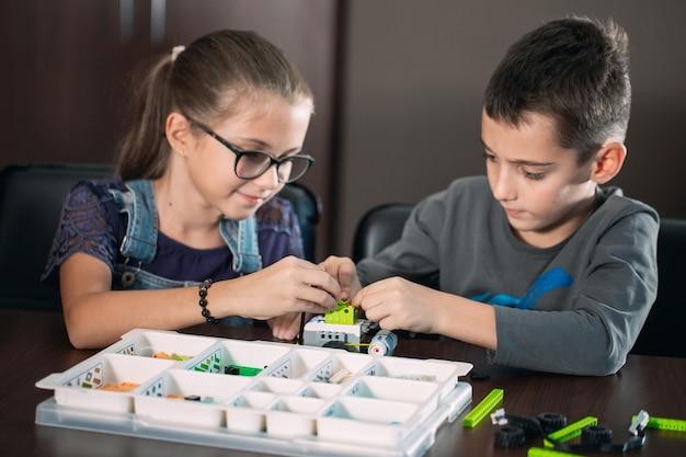 I bambini in classe raccolgono la figura del designer.