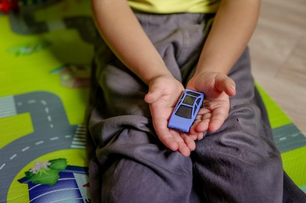 I bambini in età prescolare felici giocano con blocchi colorati giocattolo di plastica. i bambini dell'asilo creativi costruiscono una torre di blocco. giocattoli educativi per neonati o bambini. vista dall'alto