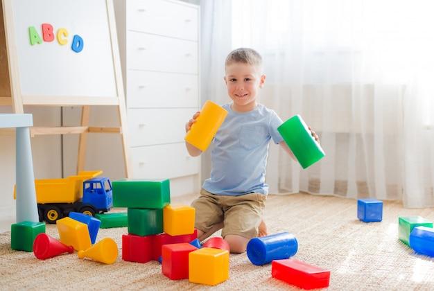 I bambini in età prescolare felici giocano con i blocchi giocattolo.