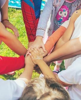 I bambini incrociano le mani, giocano per strada