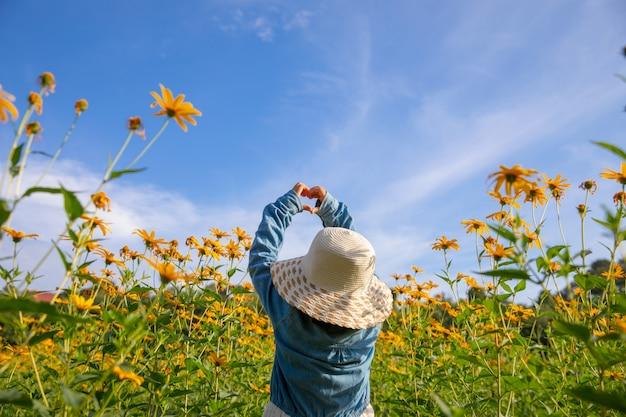 I bambini nel campo giallo fiori gialli. ragazza olandese in cappello bianco