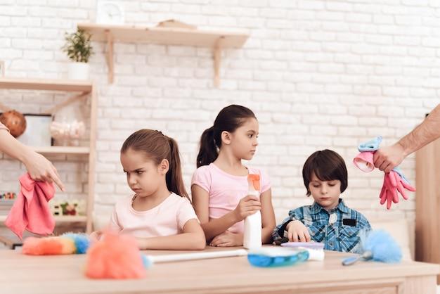 I bambini non vogliono pulire la stanza grande.