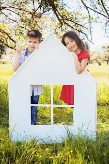 I bambini piccoli nel parco vicino alla casa. il concetto di infanzia e stile di vita.