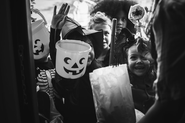 I bambini piccoli scherzano o trattano halloween