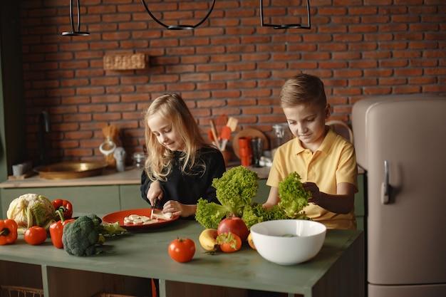 I bambini preparano salan in una cucina