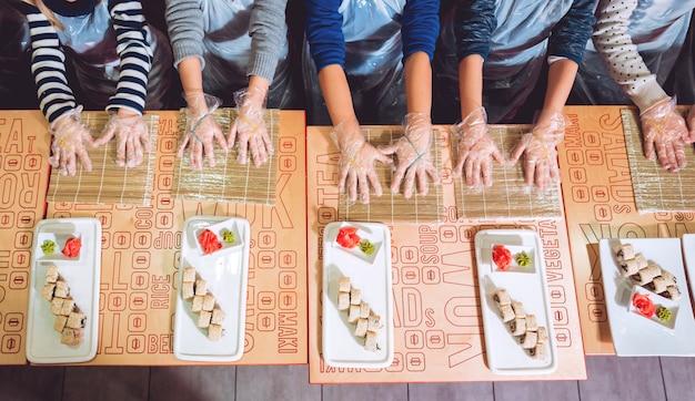 I bambini preparano sushi e panini. ristorante di classe superiore.