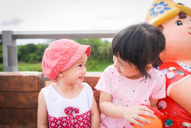 I bambini si divertono giocando fuori