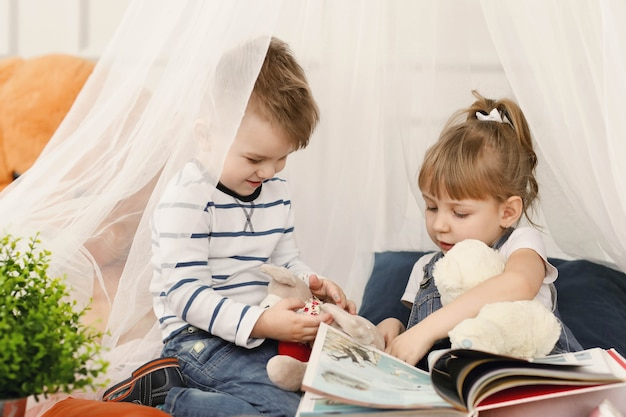 I bambini si divertono insieme