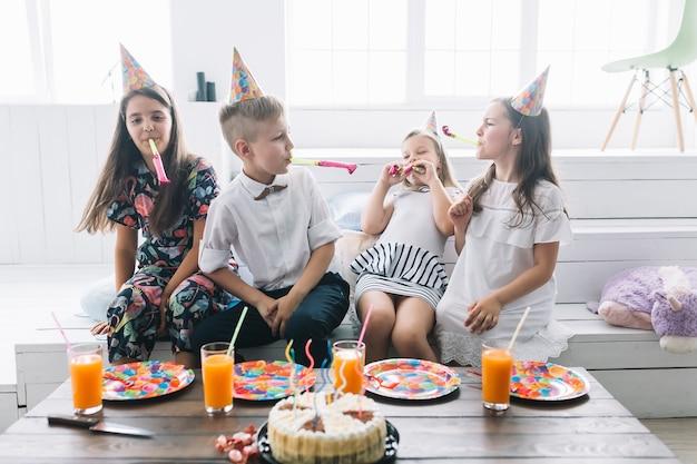 I bambini si divertono sulla festa di compleanno