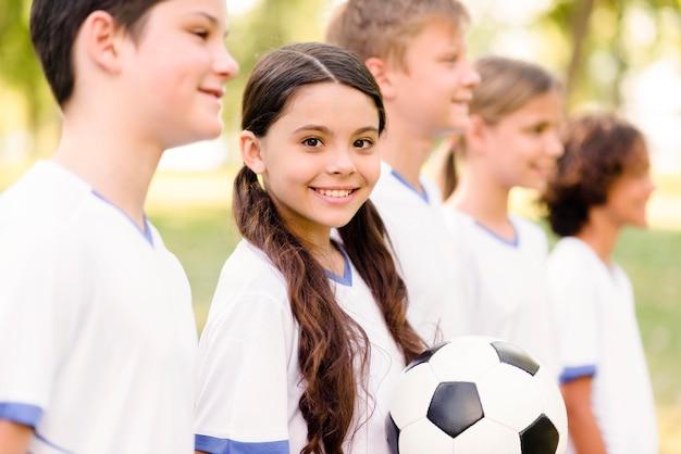 I bambini si preparano per una partita di calcio all'aperto