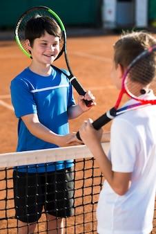I bambini si stringono la mano prima della partita