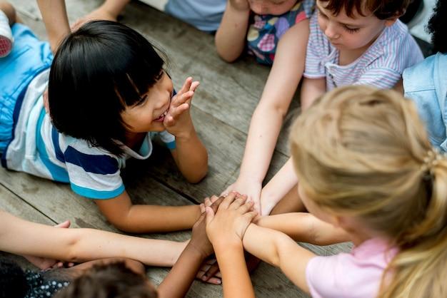 I bambini si tengono per mano insieme