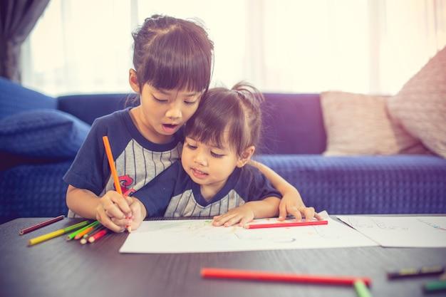 I bambini stanno disegnando un'idea