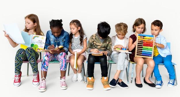 I bambini studiano imparando il concetto dello studio