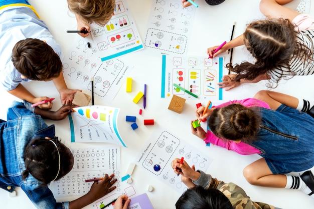 I bambini studiano insieme il concetto di istruzione