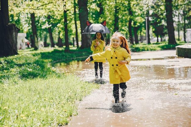 I bambini svegli plaiyng in una giornata piovosa