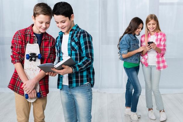 I bambini svolgono diverse attività