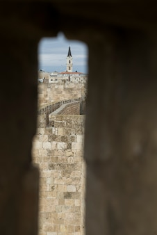 I bastioni camminano con il campanile nella vecchia città, gerusalemme, israele