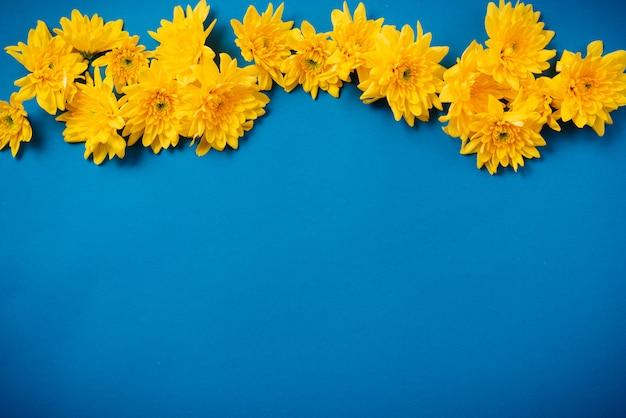 I bei crisantemi arancioni si trovano su una tabella blu.