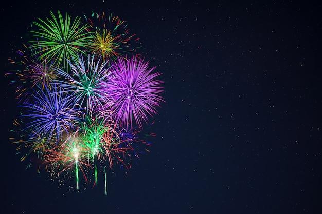 I bei fuochi d'artificio viola blu rossi di gree copiano lo spazio