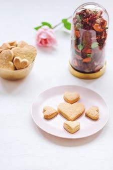I biscotti di burro a forma di cuore e sono aumentato