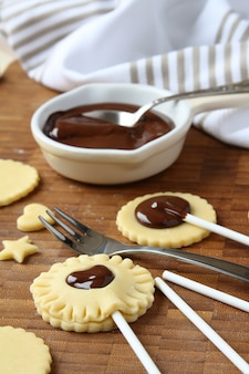 I biscotti di pasta frolla fatti in casa si aprono con cioccolato, processo di cottura