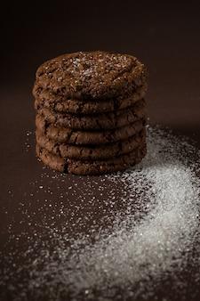 I biscotti di pepita di cioccolato impilati hanno sparato con il fuoco selettivo