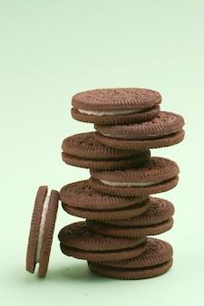 I biscotti hanno isolato la priorità bassa di verde della menta. composizione verticale