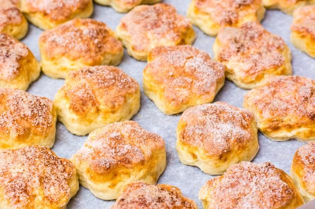 I biscotti pronti della ricotta su una teglia su carta da forno si trovano nelle file