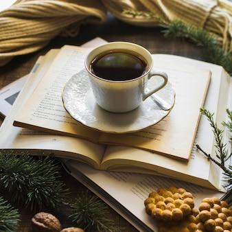 I biscotti si avvicinano al tè e ai libri