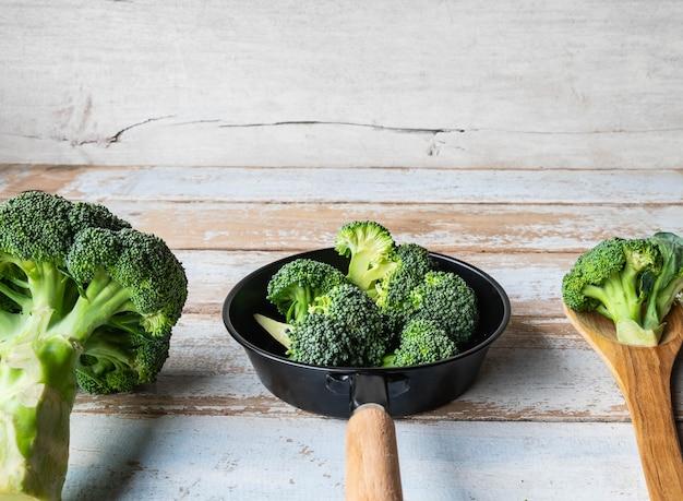 I broccoli freschi sono preparati in cucina.