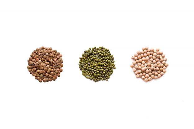 I cereali hanno impostato isolato su priorità bassa bianca. composizione piatta laica con diversi tipi di cereali e cereali
