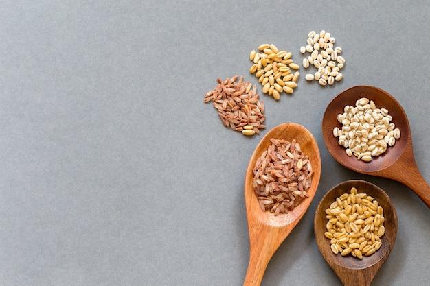 I cereali sani hanno messo sopra un cucchiaio di legno, copiano lo spazio