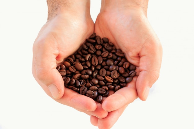 I chicchi di caffè nelle mani