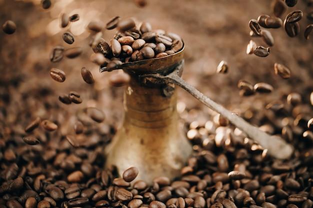 I chicchi di caffè si chiudono. caffettiera turca.
