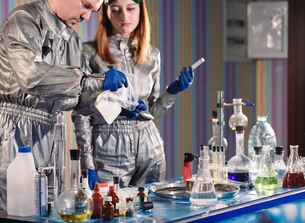 I chimici producono droghe in laboratorio.