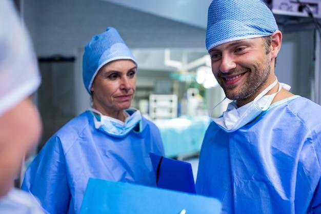 I chirurghi che parlano il file del paziente in sala operatoria