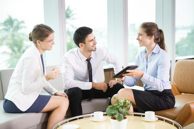 I colleghi allegra di affari in riunione