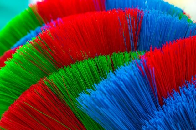 I colori e le fantasie delle scope in plastica.