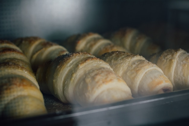 I croissant fatti in casa sono cotti al forno