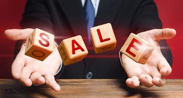 I cubi lanciati da un uomo compongono la parola vendita.