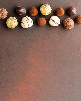I deliziosi tartufi al cioccolato copiano lo spazio