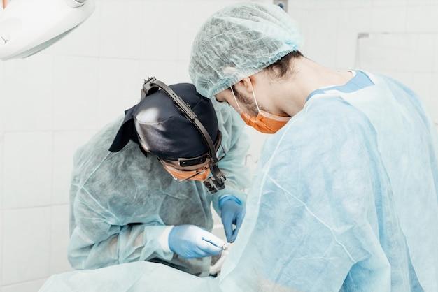 I dentisti eseguiranno un'operazione, il posizionamento dell'impianto. operazione reale. estrazione del dente, impianti. uniforme professionale e attrezzature di un dentista. assistenza sanitaria dotazione di un posto di lavoro medico. odontoiatria