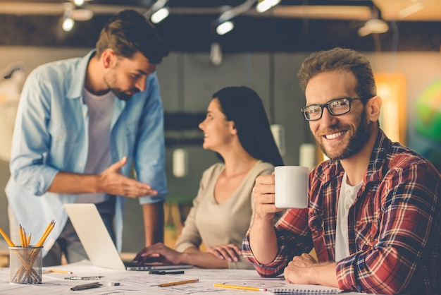 I designer discutono di affari mentre lavorano in studio.