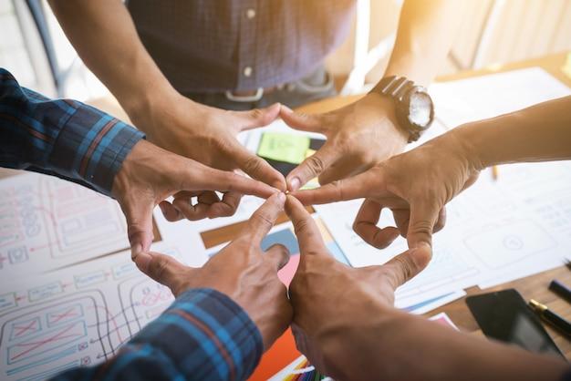 I designer ux / ui si sono uniti per motivare la collaborazione dopo aver completato con successo il set di obiettivi.