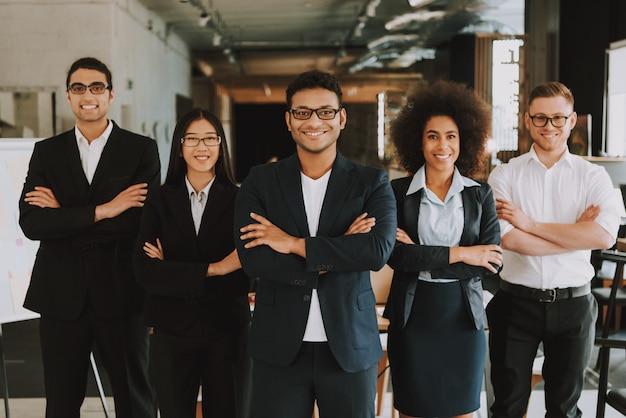 I dipendenti con braccio incrociato sono sorrisi