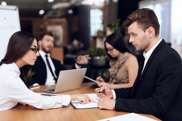 I dipendenti dell'azienda tengono una riunione al tavolo.