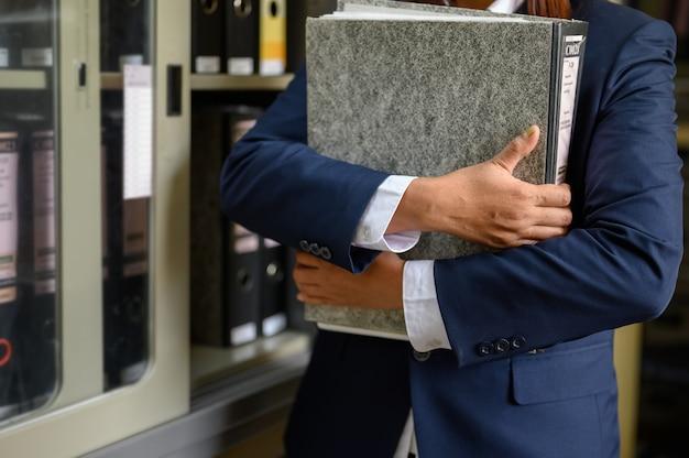 I dipendenti gestiscono i documenti in ufficio.