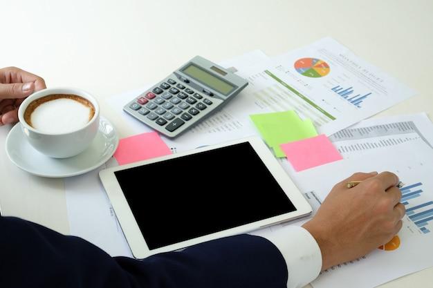 I dipendenti hanno il caffè in mano e attrezzature da ufficio.